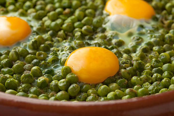 Spring tajine with peas and eggs: simple meal that will wow your guests!